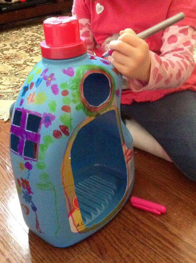 Làm đồ chơi cho bé bằng chai nhựa