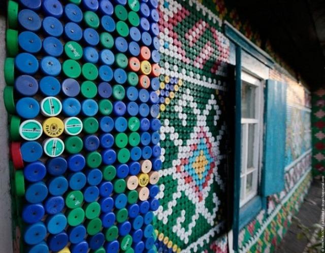 Trang trí tường nhà bằng chai nhựa