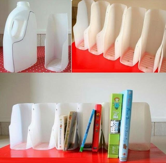 Làm kệ sách bằng chai nhựa